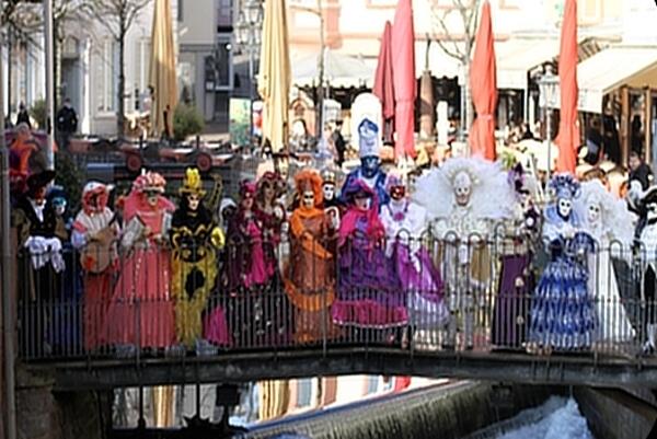 Zahlreiche venezianische Kostüm- und Maskenträger aus dem französischen Longwy im Saarburger Klein-Venedig