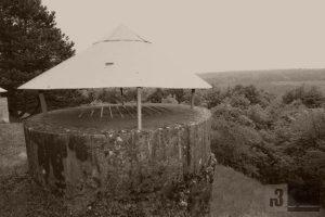 """Am """"Unterstand 4 Schornsteine"""" - einem Abschnittsunterstand. Die Lüftungsschächte wurden von den Deutschen Soldaten fälschlicherweise als Schornsteine bezeichnet"""
