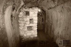"""Eine nachträglich eingebaute """"Chicane"""" im Gang des Fort de Vaux. Im Gegensatz zum Fort Douaumont fanden im Inneren des Fort Vaux schwerste Nahkämpfe statt."""