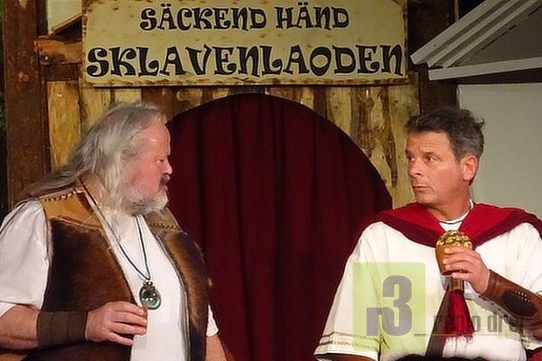 """Szene aus """"Römerzoores on Äbbelbaamstie"""" mit (v.l.): Helmut Leiendecker und Jörg Ehler. Foto: Herbert Bruxmeier"""