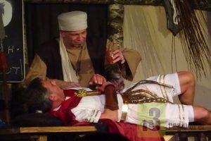 """Römerzoores on Äbbelbaamstie"""" von Birgit und Helmut Leiendecker ist das jüngste Schauspiel-Stück unterm Dach des """"Kleinen Volkstheaters Trier"""". Es wird gejagt, geheilt, getrickst und auch der Viez erfunden, vor allen sehr unterhaltsam geschauspielert."""