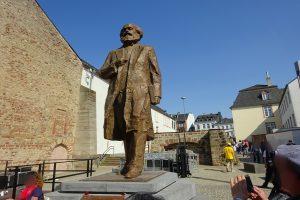 Ein Geschenk für den Sohn der Stadt: Die Karl-Marx-Statue, die China der Stadt Trier als Geburtsstadt des Philosophen zum Jubiläumsjahr 2018 schenkte. Erschafft wurde die Bronzeskulptur von dem chinesische Bildhauer Wu Weishan.