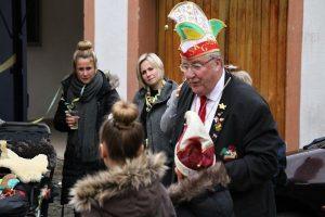 Franz Meier, Vorsitzender der Serriger Karnevalsgesellschaft, bei der Vorstellung des KInderprinzenpaares der Session 2018/19 auf dem Petersplatz.