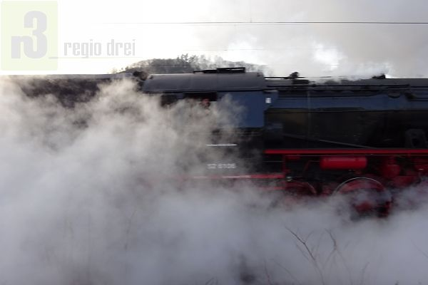 Die Dampflokomotive 52 6106 der Vulkan-Eifel-Bahn beim Halt in Serrig an der Saar.