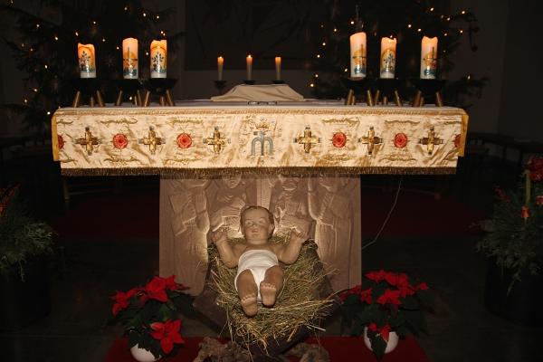 Krippe mit Jesuskind in Pfarrkirche St. Martin zur Weihnachtszeit.