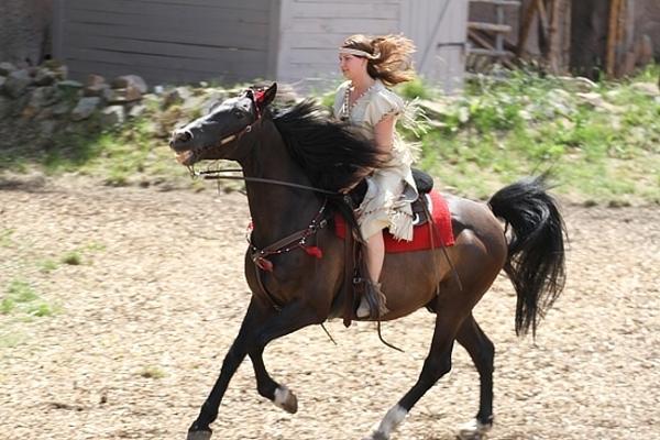 Tatjana Lichtenberger reitet mit eigenem Pferd in der Rolle der Paloma Nakana durch Mörschieds Wilden Westen. Foto: Herbert Bruxmeier