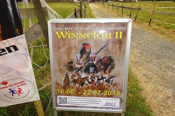 Auf dem Weg zum Festspielgelände springen sie direkt ins Auge, die farbigen Ankündigungsplakate für die Spielsaison 2018: Winnetou II, frei nach Karl May in Zusammenarbeit mit dem Karl-May-Verlag Bamberg.