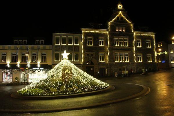 Saarburg leuchtet auf: Christkindlmarkt eröffnet.
