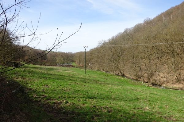 Kein Tipi Dorf im Serriger Bachtal. Der dort vorkommende sehr lärmempfindliche Zwerg-Sägezahnkarpfen verhindert die Veranstaltung an diesem  Standort.
