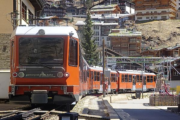 Mit der 1898 eröffneten  Gornergrat-Bahn geht in es in Zermatt hinauf zum Gornergrat, auf  3089 m. ü. M.