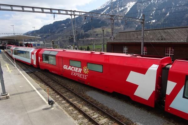 Unvergessliche  Eindrücke bietet der Glacier-Express auf seiner Gesamtstrecke von  Zermatt bis nach St. Moritz.