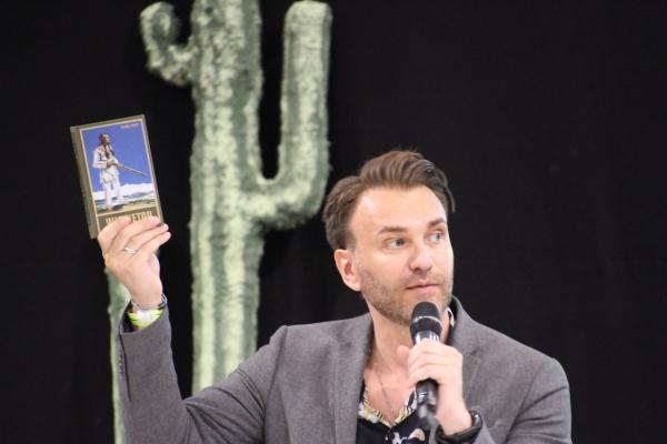 """Über gleich zwei Karl-May-Lesung mit Elspes """"Winnetou"""" Jean-Marc Birkholz konnten sich die Karl-May-Fans in Idar-Oberstein freuen."""