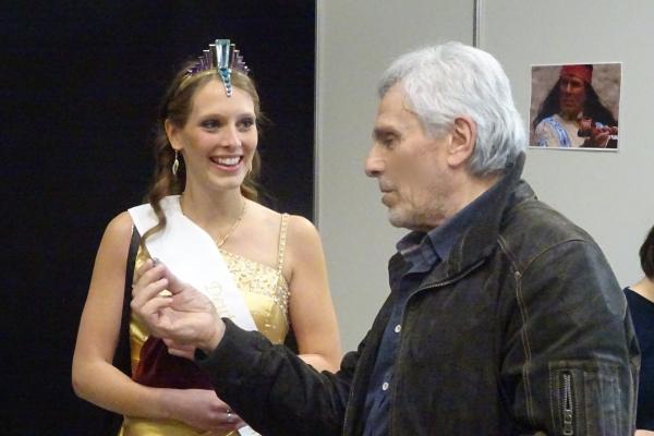 Führten ein Fachgespräch über Edelsteine: Die amtierende Deutsche Edelsteinkönigin Bettina Reiter und der Schauspieler Gojko Mitić.