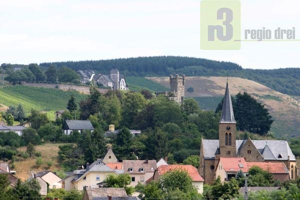 Ortsgemeinde Serrig mit der Pfarrkirche St. Martin, Schloss Saarfels und der ehemaligen Weinbaudomäne.