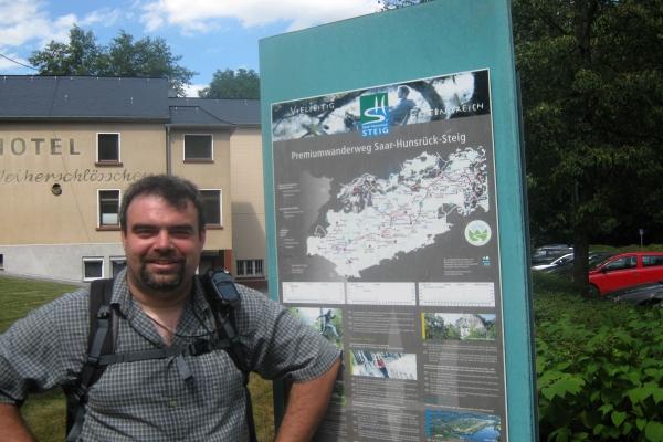 Wanderexperte Dirk Matini und stellt Ihnen eine Sommertour vor. Die 17,3 km lange Tour geht von Kempfeld zur Weiherschleife bei Idar-Oberstein.