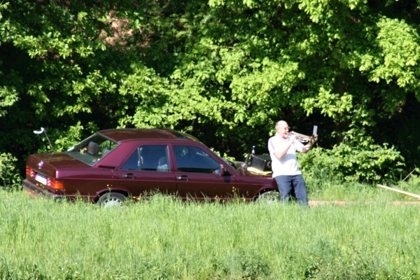 Jahrelang schon erfreut Carly Walbach Wanderer, Spaziergänger und Radler mit seiner  Alphornmusik. Das Foto zeigt in im Jahr 2008 beim Flügelhornspiel an der Saarschleife.