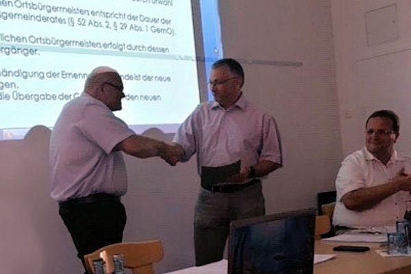 Ortsbürgermeister Karl-Heinz Pinter und sein Amtsvorgänger Dr. Egbert Adam, sowie der hauptamtlichen Erste Beigeordneten Martin Alten der VG Saarburg-Kell (v.l.)