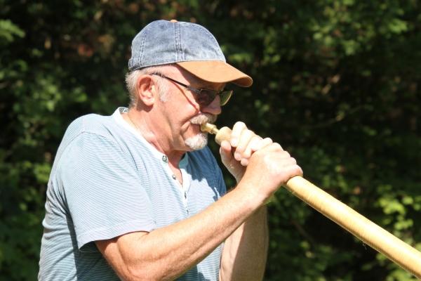 Wenn Charly Walbach (70) aus Harlingen ins Horn pustet, hallt es von den schroffen Berghängen des Saartals an der Saarschleife.