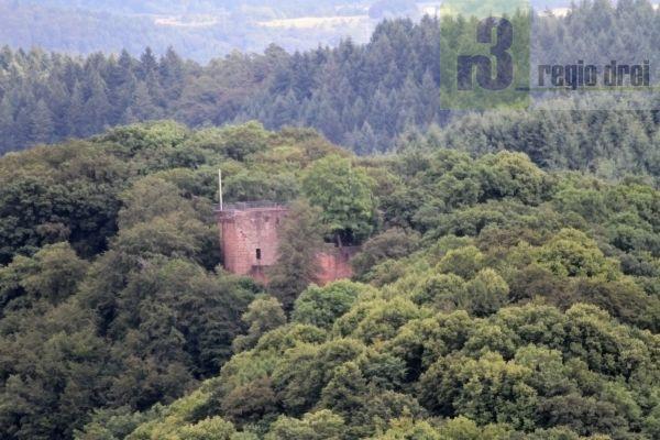 Auf dem bewaldeten Bergrücken innerhalb der Saarschleife befindet sich die Burgruine Montclair.