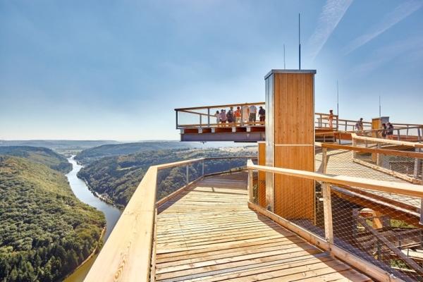 Der Baumwipfelpfad an der Saarschleife hat sich seit seiner Eröffnung im Juli 2016 zu einem beliebten, überregionalen  Tagesausflugsziel entwickelt. Bildquelle: Erlebnis Akademie AG/Baumwipfelpfad Saarschleife
