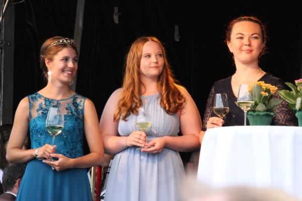 Bewerben sich um die Weinkronen: Saar-Obermosel-Weinpripzessin Lea Zengerli aus Merzkirchen-Dittlingen, Karolin Klein aus Schoden und Julia Schuster aus Nittel (v.l.n.r.). Foto: hb