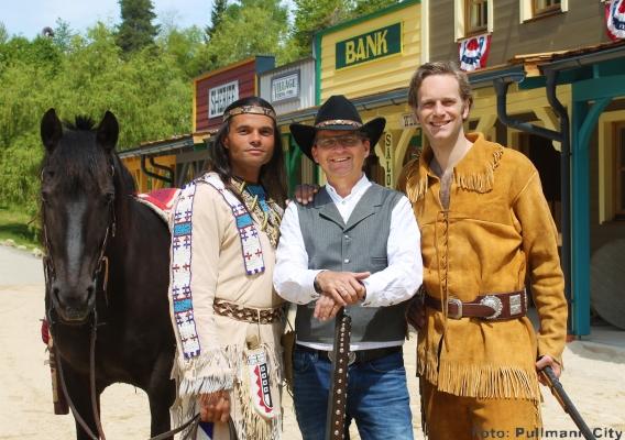 Akteure der Winnetou Show in der Westernstadt Pullman City: Regisseur Mike Dietrich (Mitte) mit Ivica Zdravkovic und Thomas Stockinger.