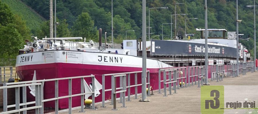 MS Wissenschaft auf der Saar – Durchfahrt Staustufe Serrig - Ausstellungsschiff legte in Saarburg, Saarlouis und Saarbrücken an