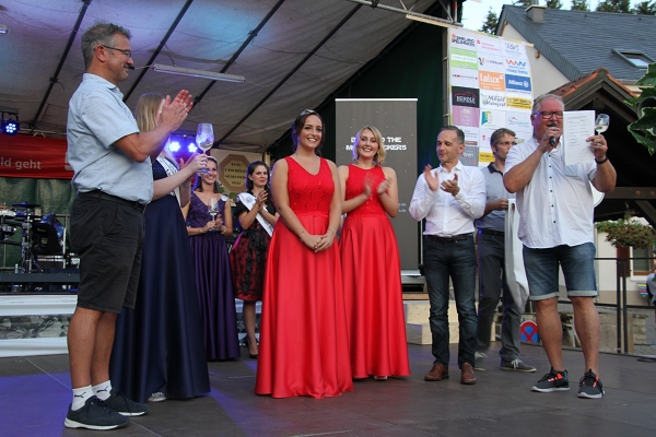 Die saarländische Moselweinkönigin Chiara Roersch aus Nennig und die Weinprinzessin Mariella Raben aus Orscholz werben seit 2019 für den saarländischen Moselwein. Foto: regiodrei/hb