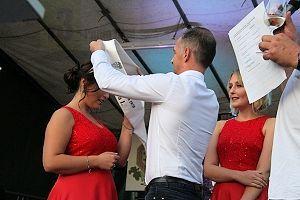 Auf der Bühne erhielt die neue Weinkönigin Chiara I. ihre Schärpe von Bundesaußenminister Heiko Maas beim 42. Saarländischen Weinfest in Perl-Nennig.