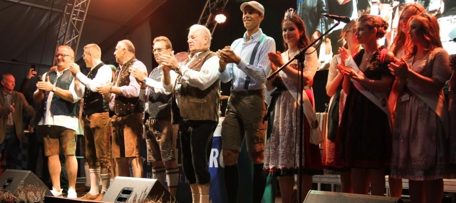 Mit dem traditionellen Einzug und dem Fassanstich hat am Samstag das 63. Merziger Oktoberfest begonnen. Foto: Herbert Bruxmeier