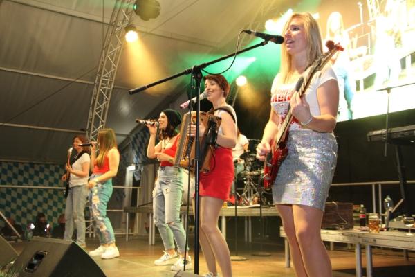 """Die """"Midnight Ladies"""" verwandelten das Festzelt in Merzig wieder einmal zur Partymeile. Foto: Herbert Bruxmeier"""