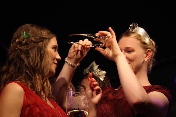 """Lea I. ist die neue """"Saar-Obermosel-Weinkönigin 2019/20"""". Sie wurde am Samstagabend feierlich von der Mosel-Weinkönigin Laura Gerhardt in Saarburg gekrönt. Foto: Herbert Bruxmeier"""