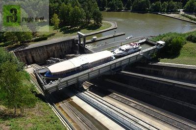 Schiffshebewerk Saint-Louis : Der Schrägaufzug in Fahrt nach oben.