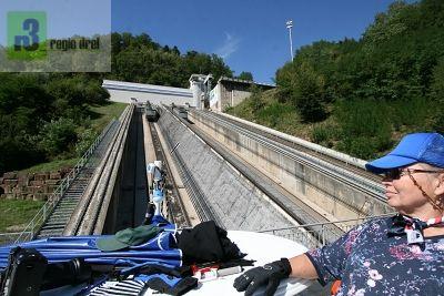 Schiffshebewerk bei Arzviller: Nach einer Ampelschaltung beträgt die Zeit von der bergseitigen Einfahrt  bis zur talseitigen Ausfahrt etwa 40 Minuten, die Fahrzeit 18 Minuten.