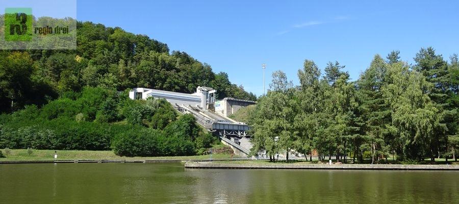 Das Schiffshebewerk Saint-Louis/Arzviller ist Teil des  Rhein-Marne-Kanals. Die Anlage ersetzt mit einem Höhenunterschied von  44,55 m 17 vormalige Schleusen zwischen Saint-Louis und Arzviller in  Lothringen und dem Tal der Zorn.
