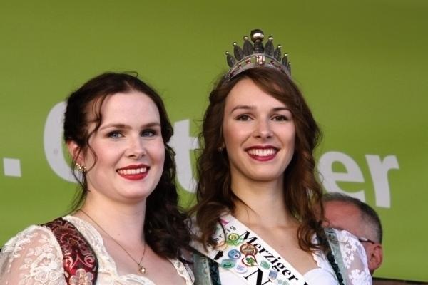 Nathalie Zimmer (rechts) gab am letzten Samstag beim Markt der Köstlichkeiten in Merzig ihre Krone ab. Aus der Prinzessin wurde nun die Königin: Laura Fox (links) aus Merzig wird zum 50. Viezfest die Krone der Merziger Viezkönigin tragen. Foto: HB