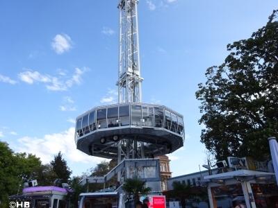 Der City Skyliner, platziert auf dem Parkplatz am roten Turm in der  Mustorstraße in der direkten Nähe zur Konstantin-Basilika, ermöglicht  bis zu 60 Personen in die Höhe zu bringen. Die Fahrt dauert sieben  Minuten. Foto: Herbert Bruxmeier