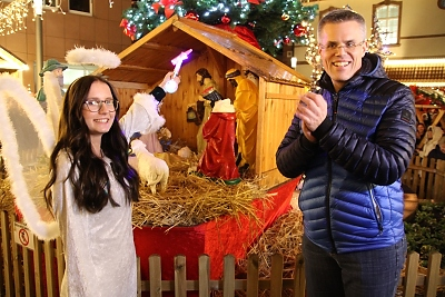 """Der Merziger Bürgermeister Marcus Hoffeld eröffnete den Merziger Weihnachtsmarkt 2019  gemeinsam mit dem """"Merziger Christkind"""". Foto: Herbert Bruxmeier"""
