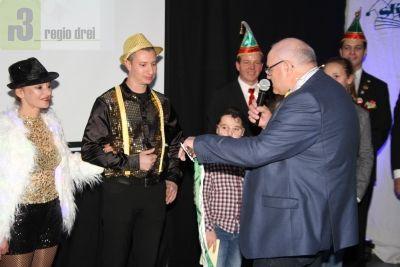 Den Serriger Schlüssel übergab  Ortsbürgermeister Karl-Heinz Pinter am Proklamationsabend den neuen närrischen Hoheiten.