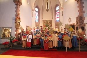 Sternsinger Serrig in der Pfarrkirche St. Martin 2019: Die Serriger Sternsinger erhielten den Segen und wurden damit von Dechant Klaus Feid ausgesendet.
