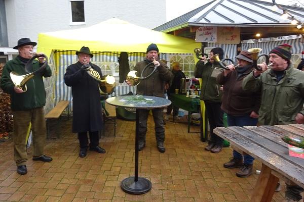 Die Jagdhornbläser Serrig sorgten gleich zu Beginn des Serriger Adventsmarktes für die musikalische Begleitung.