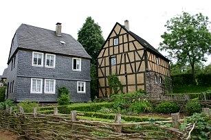 Haus Sensemichel (links) und Haus Klaesjes im Museumsdorf Roscheider Hof in Konz. Foto/Archiv: Herbert Bruxmeier