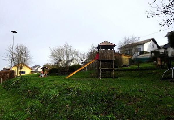 Die Ortsgemeinde Serrig beabsichtigt, vorhandene Freiflächen zu attraktiven Treffpunktenfür alle Generationen im Dorf herzurichten. Ein Spielplatz für Kinder und Jugendliche soll in einen Abenteuerspielplatz umgebaut  werden.