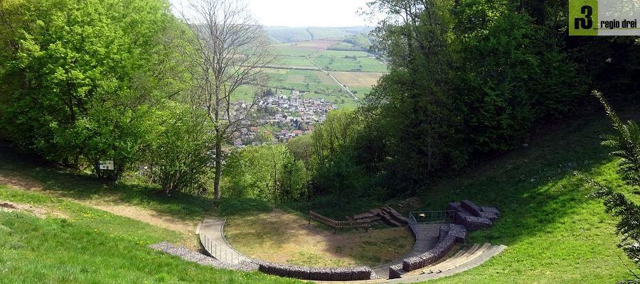 Römischen Kulttheater in Kastel-Staadt: Blick zum Weinort Serrig an der Saar.