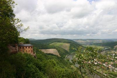 Die Klause hoch über den Saartal mit Blick auf den Weinort Serrig.