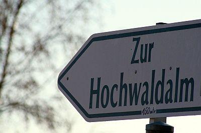 """Hinweisschild """"Zur Hochwaldalm"""""""