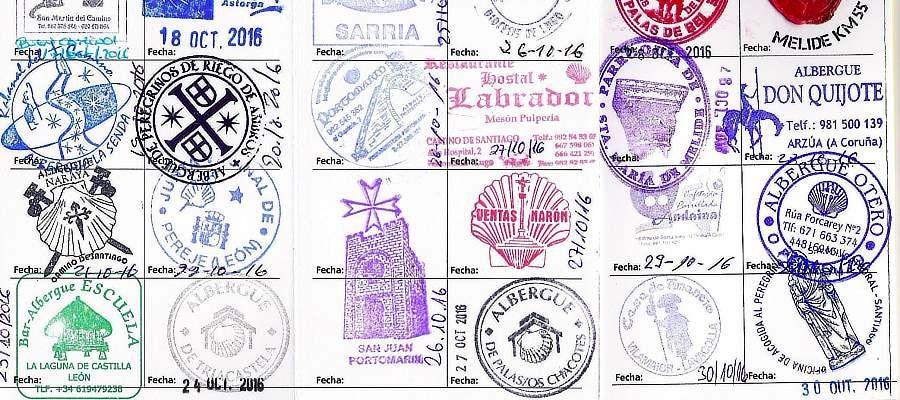 """Am Ziel in Santiago Santiago de Compostela in Spanien angekommen, kann man nur durch Vorlage des Pilgerpasses mit Pilgerstempel die """"Compostela"""" erhalten."""