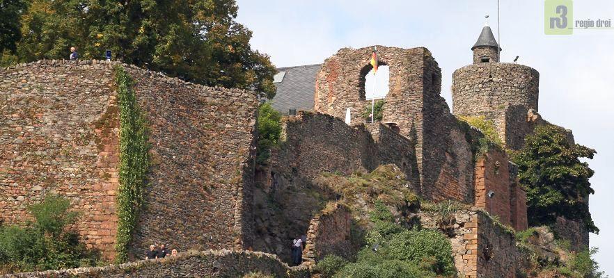 Auf dem Foto des Jahres 2007 sind ein Teil  der Burgruine zu sehen. Seit 2010 lässt die Stadt Saarburg laufend umfangreiche Sanierungsarbeiten an der Burganlage durchführen.