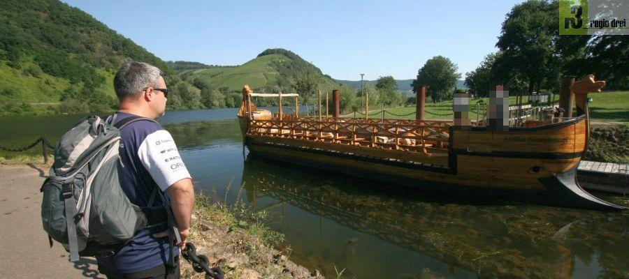 Ein römisches Weinschiff im Hafen direkt am Wanderweg an der Mosel. Die Stella Noviomagi kann für Fahrten gebucht werden. Informationen erhält man über die Touristik-Information-Neumagen-Dhron.