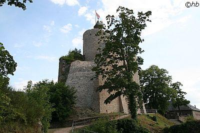 Ehemaliger Wohnturm der Burgruine Saarburg mit Aussichtsplattform.